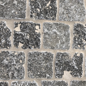 Kleine Kerkdallen met een ruw oppervlak. grijs gevoegd