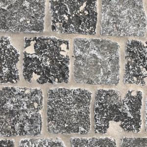 Kleine Kerkdallen in halfsteensverband. Cementgrijs gevoegd.
