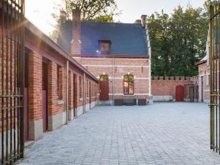 Kleine Kerkdallen als bestrating op authentieke binnenplaats