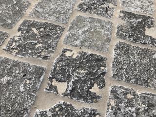 Kleine Kerkdallen in halfsteensverband. Leisteen met ruw oppervlak