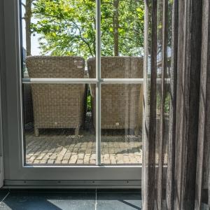 Harappa Look Keramiek. Natuursteen Look tegels bij raam.