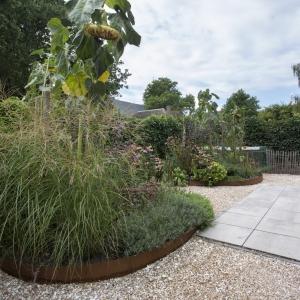 Schelpensplit in de tuin gecombineerd met hardsteen terras