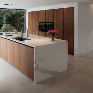 Secret Stone Precious Beige tegels met Maatwerk keukenblad.