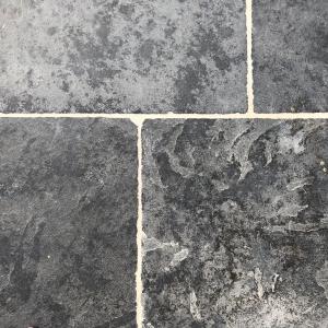 Bourgondische Dallen Noires Bourgogne 90x60x2 cm. Cementgrijs gevoegd.