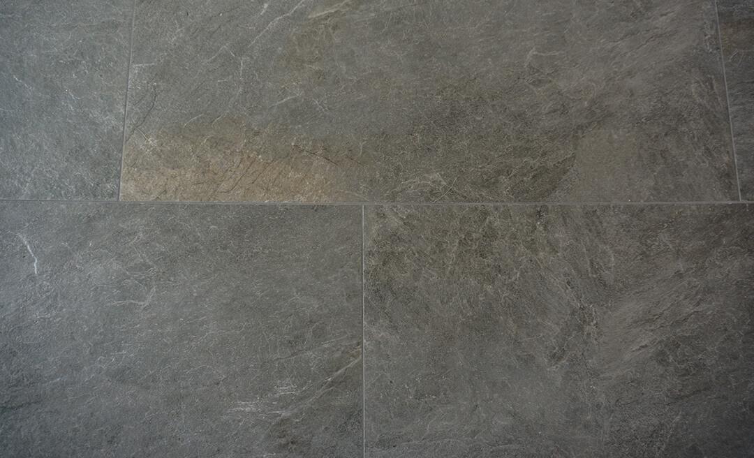 Leisteen Look Grey Keramiek verwerkt in wildverband.