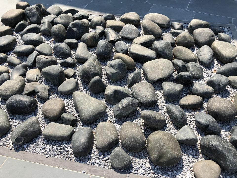 Beach Pebbles Black - grote zwarte keien