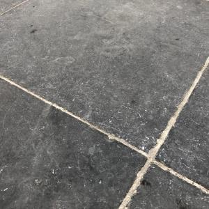 Vietnamese Hardsteen Anticato. 60x60x3 cm. Cementgrijs gevoegd.