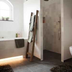 Badkamer met witjes en Belgisch hardsteen look keramiek