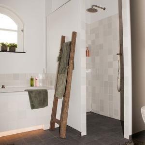 Badkamer met Friese witjes en Belgisch hardsteen look keramiek