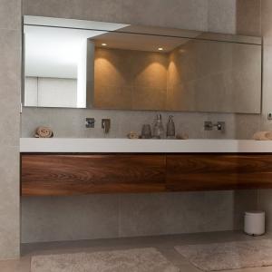 Secret Stone Mystery White in badkamer. met houten badkamer meubel.