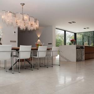 Secret Stone Precious Beige tegels met witte stoelen en houten eettafel