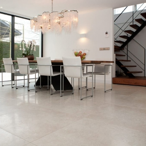 Secret Stone Precious Beige tegels in eetkamer.