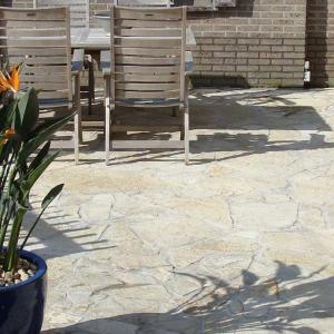 Flagstones Bourgogne met tuinmeubel en bloempot