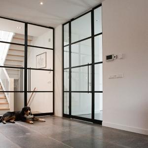 Belgisch Hardsteen Manueel Verouderd Lichte Schuring met zwarte stalen deuren