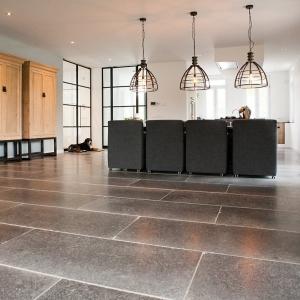 Belgisch Hardsteen Manueel Verouderd Lichte Schuring in de woonkamer