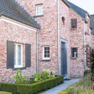 Belgisch Hardsteen Pastorij Geschuurd Waalformaat in de tuin