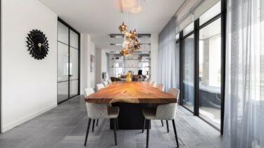 moderne eethoek met een vloer van grijs belgisch hardsteen