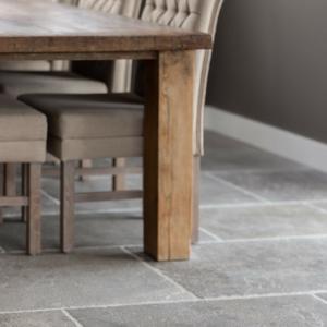 Bourgondische Dallen Gris Perime met houten tafel