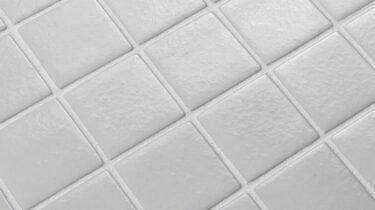 witte antislip glasmozaiek tegen uitglijden bij het zwembad