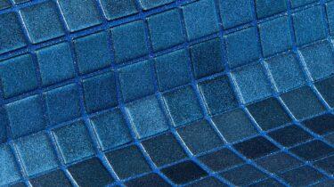 mooie donkerblauw gespikkelde glasmozaiek met een gespoten toplaag