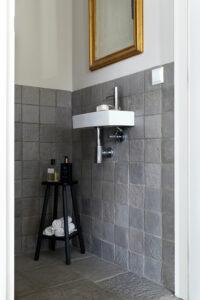 wastafel-toilet-bij-chateau-carreaux-bourgondische-dallen-calais-tegelvloer-vloertegels