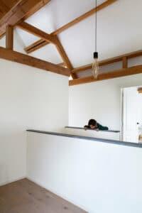 kind-bij-trap-afdekrand-belgisch-hardsteen-raamzaag-gezaagd-zolder-maatwerk-natuursteen