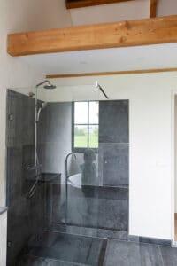 kind-in-weerspiegeling-badkamer-bad-belgisch-hardsteen-raamzaag-gezaagd-wellness-spa