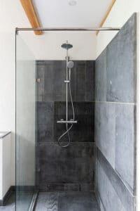 douche-badkamer-bad-belgisch-hardsteen-raamzaag-gezaagd-wellness-spa-sauna