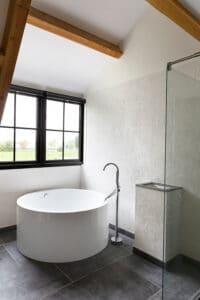 bad-in-badkamer-belgisch-hardsteen-raamzaag-gezaagd-vloertegels-tegelvloer