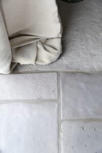closeup-gordijnen-bij-raam-op-chateau-carreaux-bourgondische-dallen-calais-tegelvloer-vloertegels
