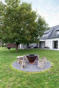 gezellige-zithoek-bij-bbq-in-tuin-woning-outdoor-terras-landelijk
