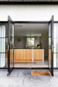buitendeur-terras-op-bourgondische-dallen-noires-bourgogne-tegelvloer-vloertegels