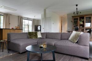 zithoek-woonkamer-op-chateau-carreaux-bourgondische-dallen-calais-tegelvloer-vloertegels